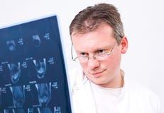 Scans der Doktorbetrachtung MRI Stockfotos
