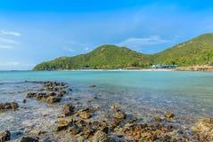 Scape моря на острове с дневним светом стоковые изображения rf