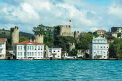 Scape реки Босфора на окраинах Стамбула с colonial стоковые изображения rf