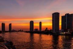 Scape a Bangkok, area della città del ponte di Taksin e Chao Phraya River al tramonto fotografia stock libera da diritti