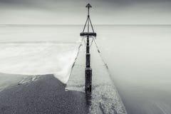 Scape blanco y negro del mar de la exposición larga de la bella arte Foto de archivo libre de regalías