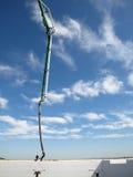 Scape concret d'ouvrier chargé des pompes et de ciel. Photographie stock libre de droits
