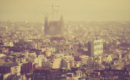 Scape da cidade de Barcelona com a catedral de Sagrada Familia imagens de stock