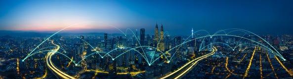 Scape da cidade e conceito da conexão de rede fotografia de stock