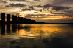 Scape da cidade na noite com reflexão no lago tailândia wi do por do sol Imagem de Stock Royalty Free