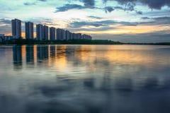 Scape da cidade na noite com reflexão no lago tailândia wi do por do sol Foto de Stock Royalty Free