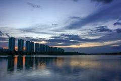 Scape da cidade na noite com reflexão no lago tailândia wi do por do sol Fotografia de Stock Royalty Free