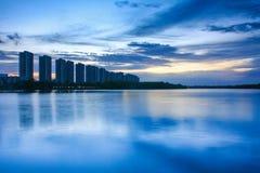 Scape da cidade na noite com reflexão no lago tailândia wi do por do sol Foto de Stock