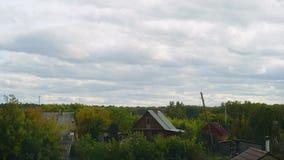 Scape da vila Timelaps da nuvem nuvem acima da casa de campo e das hortaliças de madeira filme