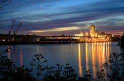 Scape de la ciudad de la escena de la noche de Albany NY de enfrente de Hudson River Foto de archivo