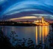 Scape de la ciudad de la escena de la noche de Albany NY de enfrente de Hudson River Imagen de archivo