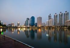 Scape de la ciudad en la noche en la ciudad de Bangkok Foto de archivo