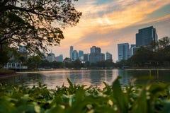 Scape de la ciudad de la hermosa vista de Bangkok del parque de Lumphini imagen de archivo libre de regalías