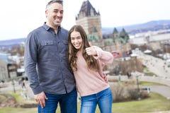 Scape de la ciudad de Quebec con el castillo francés Frontenac y papá con el padre que disfruta de la visión Fotos de archivo