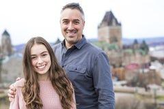 Scape de la ciudad de Quebec con el castillo francés Frontenac y papá con el padre que disfruta de la visión Foto de archivo