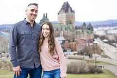 Scape de la ciudad de Quebec con el castillo francés Frontenac y papá con el padre que disfruta de la visión Imagen de archivo
