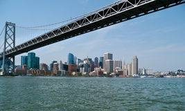 Scape de ville de San Francisco de dessous le pont de baie Image stock