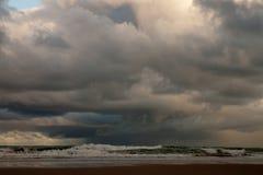 Scape del cielo de la tarde con la tormenta en el mar fotografía de archivo