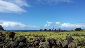 Scape del cielo dell'isola di pasqua con le statue di moai Immagine Stock