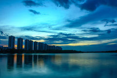 Scape della città alla notte con la riflessione sul lago thailand wi di tramonto Fotografia Stock