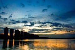 Scape della città alla notte con la riflessione sul lago thailand wi di tramonto Fotografie Stock Libere da Diritti