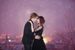 Scape della città delle coppie sulla notte del biglietto di S. Valentino Immagine Stock
