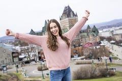 Scape di Québec con il castello Frontenac e giovane teenager godendo della vista Immagine Stock Libera da Diritti