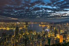 Scape eléctrico de la ciudad - Hong Kong en el amanecer Imagenes de archivo
