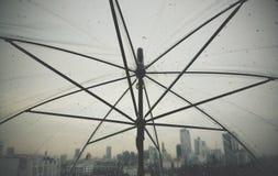 scape för land för stad för regnig dag för paraply för regndroppregn Arkivfoton