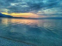 Scape nuvoloso dell'oceano durante il tramonto immagine stock