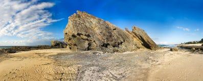Scape rocheux de mer et de sable Photographie stock libre de droits