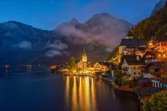 Scape scénique de nuit de village de montagne célèbre de Hallstatt dans les Alpes au début de la matinée, Autriche photographie stock libre de droits
