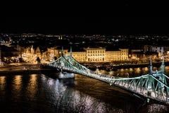 Scape scenico di notte del ponte di Budapest il Danubio e di libertà in lampadina Natura, paesaggio urbano immagine stock