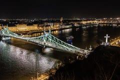 Scape scenico di notte del ponte di Budapest il Danubio e di libertà in lampadina Natura, paesaggio urbano fotografia stock
