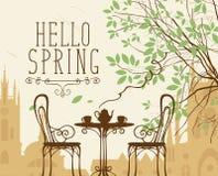 Scape urbano della primavera con mobilia del caffè della via Fotografia Stock