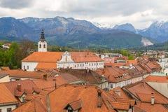 Scape y montañas de la ciudad de Kamnik en el fondo Fotos de archivo libres de regalías