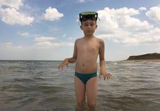 scaphandre de masque de garçon photographie stock libre de droits