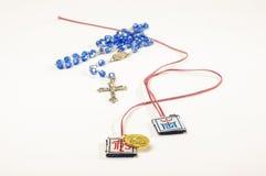 Scapulars, rosario y cruz de los símbolos de la religión del cristianismo Fotografía de archivo libre de regalías