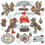 Scarabocchii gli uccelli, l'etichetta, il nastro, decorazione di legno Terreno boscoso di inverno Immagini Stock