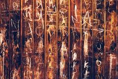 Scarabocchio casuale del gesso su fondo di legno Fotografie Stock