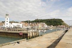 Scarborough, puerto, faro y castillo, North Yorkshire, E fotografía de archivo libre de regalías