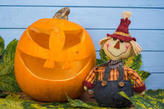 Scarecrow and natural Halloween pumpkin Stock Photography
