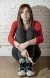 Scared потревожилось беременная девушка подростка или молодая отчаянная женщина держа положительный тест на беременность стоковое фото rf