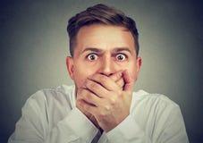 Scared сотрясло рот заволакивания человека стоковая фотография