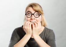 Scared a effray? la jeune femelle images stock