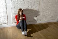 Scared se preocupó la muchacha embarazada del adolescente o a la mujer desesperada joven que llevaba a cabo la prueba de embarazo Foto de archivo libre de regalías