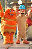 """""""Scarers"""" monster från för den Pixar filmen """", Inc. """", i en ståta på Disneyland Kalifornien Arkivfoto"""