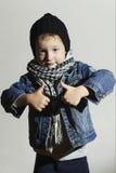 scarf.fashion children.handsome白肤金发的孩子的时兴的小男孩 背景美丽的方式女孩查出的空白冬天 滑稽的子项 库存图片