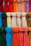 五颜六色的披肩或scarfes 免版税图库摄影