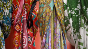 Fila de bufandas multicoloras, modeladas Foto de archivo libre de regalías